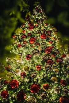夜の間に点灯した赤と緑の高層クリスマスツリー
