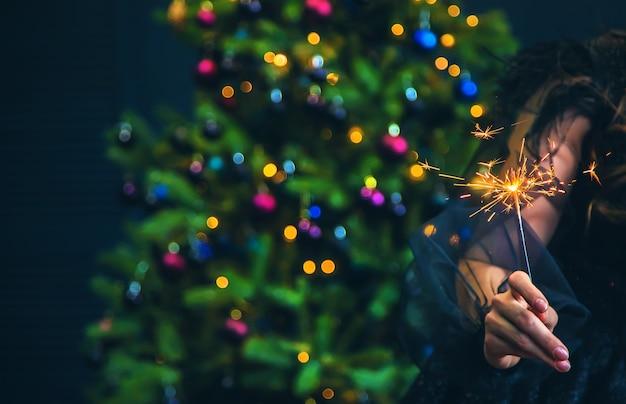 크리스마스 밤에 조명된 폭죽입니다. 선택적 초점입니다. 휴일.