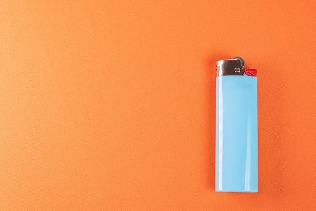 Зажигалка на оранжевом фоне - макро детали