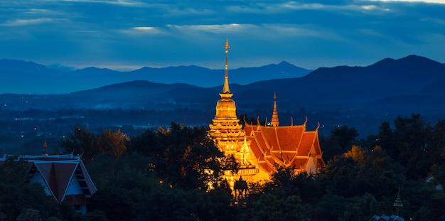 明るい寺院と紺碧の空