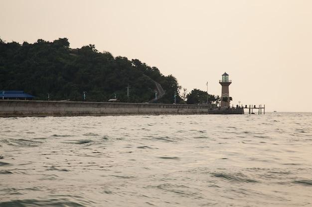 海岸沿いの灯台。