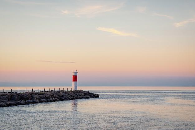 灯台とオンタリオ湖、ロチェスター、米国の美しいパステルの夕日