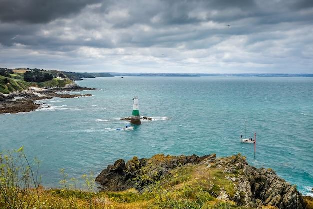 プレヌフヴァルアンドレブルターニュフランスの灯台と海岸の風景