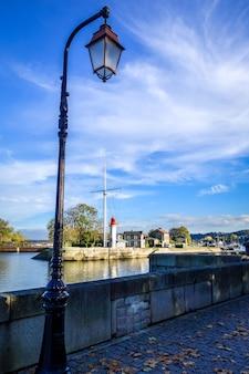 Маяк и уличный фонарь в онфлёре, франция