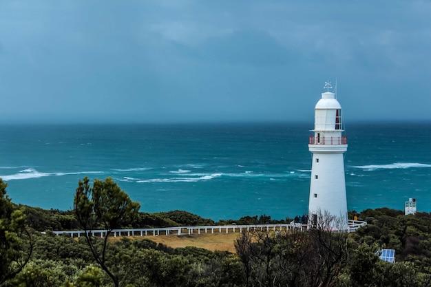 海の海岸の灯台ビーコン