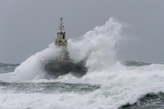 심한 바다 폭풍 동안 등대