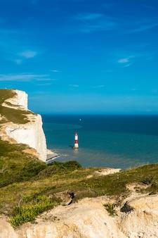 세븐 시스터즈 (seven sisters)의 등대는 영국 해협에 의한 일련의 분필 절벽입니다.