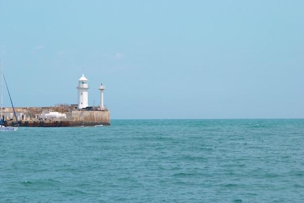 海と空のある湾の灯台。