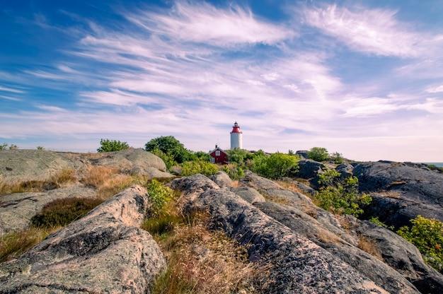 雲のある美しい空を背景にしたオハ島のスウェーデンの村landsortの灯台スウェーデンスカンジナビア