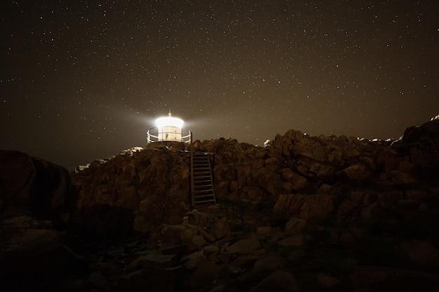 バルト海の岩の多い海岸にある灯台。夜の風景