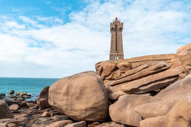 Lighthouse mean ruzは、フランスのブルターニュにあるコートダモール県のペロスギレックの町にあるプルマナッコ港のピンクの花崗岩で建てられた建物です。
