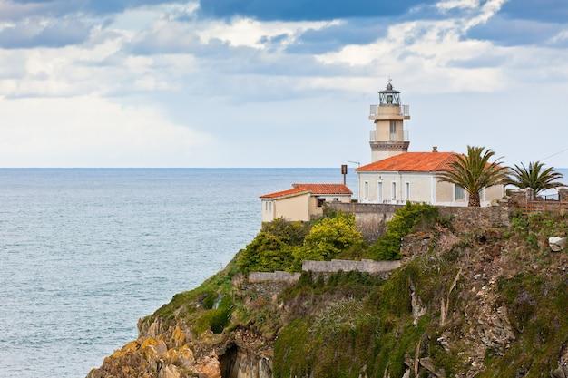 スペイン北部、アストゥリアス、クディレロの灯台。横ショット