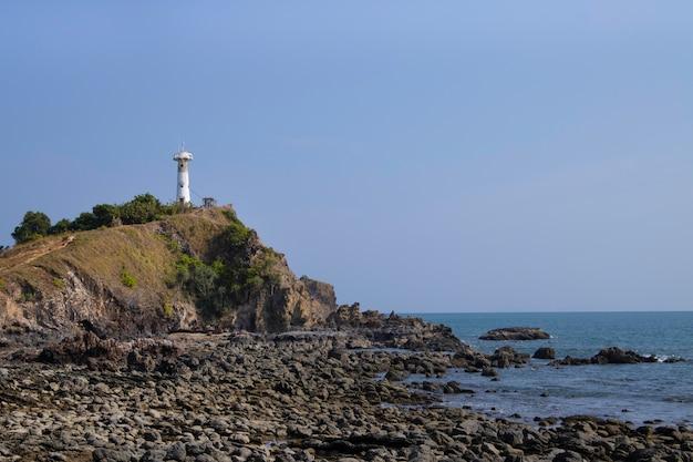 崖の上の灯台。ランタ島、クラビ、タイのランドマーク。