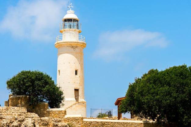 Маяк на побережье средиземного моря в республике кипр, город пафос