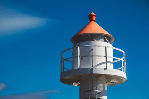 山々とロフォーテン諸島の青い空を背景にした桟橋の灯台。