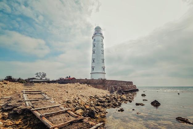 明るい晴れた日の海岸の灯台