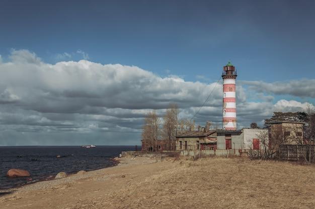 日没時の海岸の灯台。