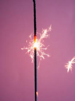 ピンクの背景に照明ベンガルライト