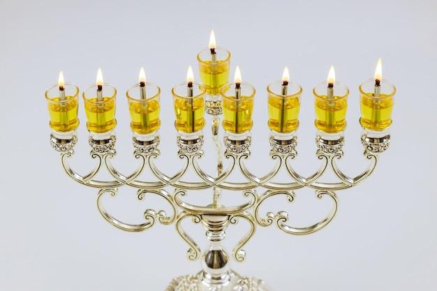 Зажигание свечей в меноре на хануку во время еврейского праздника