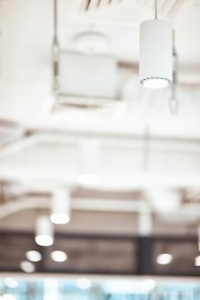 Освещение крупным планом современной белой потолочной лампы в студии