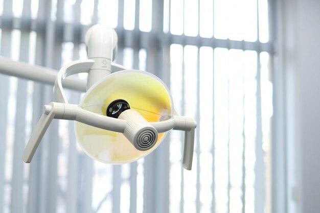 Лампа освещения в стоматологическом кабинете