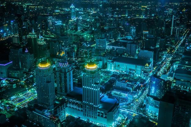 Освещение современных бизнес-зданий, транспорта, вид сверху на бангкок в сумерках от байок
