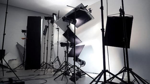 写真映画やビデオ映画制作などの商業作品のためのスタジオでの照明設定