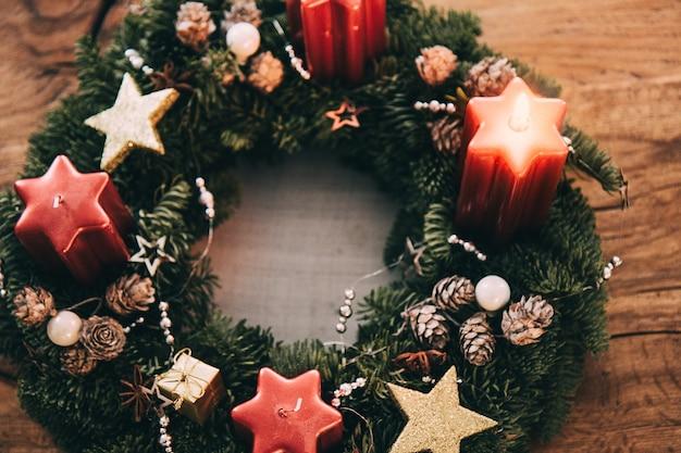 クリスマススイスの家族の伝統の4週間前にアドベントリースで最初のキャンドルを灯す
