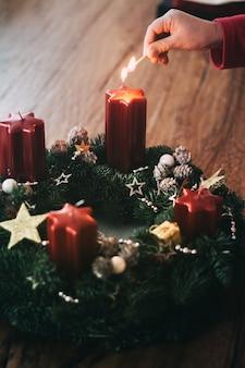 クリスマススイスの伝統の4週間前に古典的なアドベントリースで最初のキャンドルを灯す