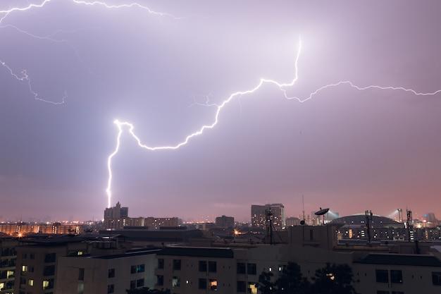雷からの稲妻がタイのバンコクの街を襲う