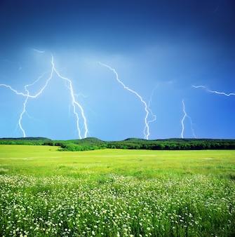 牧草地の稲妻