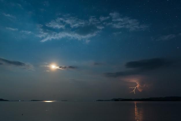 Молния в ночи