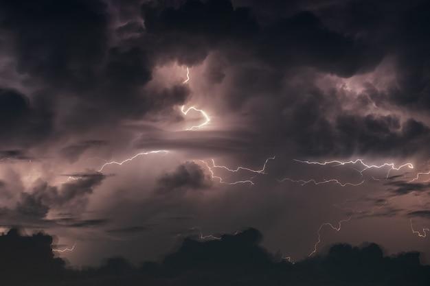 밤에 비바람에 번개