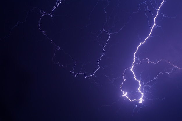보라색 빛에서 도시를 통해 번개 폭풍.