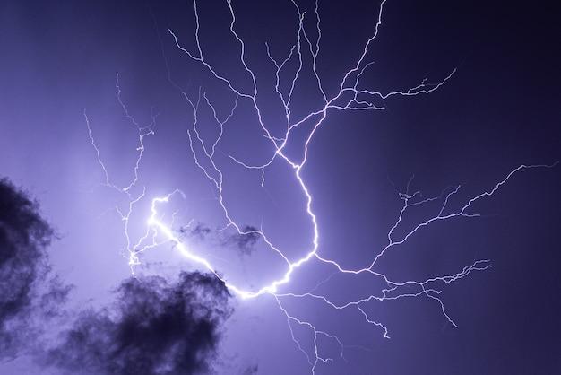 Удар молнии, летняя буря