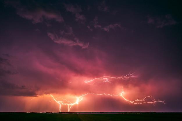 천둥 폭풍의 극적인 구름과 번개