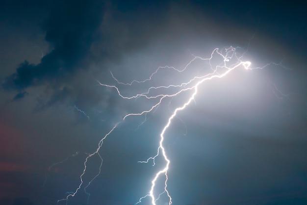 여름 폭풍에 번개와 천둥 대담한 공격