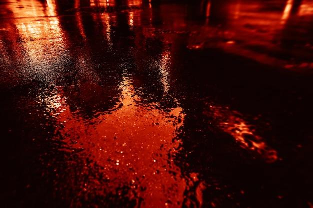 뉴욕시의 빛과 그림자. 젖은 아스팔트에 반사된 비 후 nyc 거리의 추상적 흐릿한 이미지