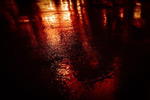뉴욕시의 빛과 그림자. 젖은 아스팔트에 반사된 비 후 nyc 거리. 거리를 걷는 사람들의 실루엣