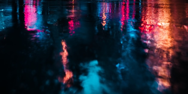 ニューヨーク市の光と影。濡れたアスファルトに反射した雨の後のニューヨークのストリートのソフトフォーカス画像