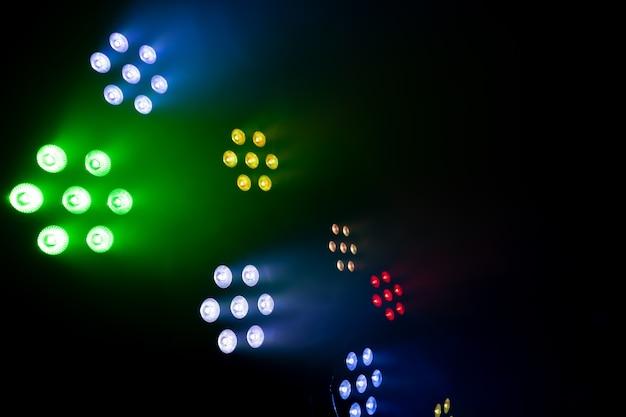 Огни легкой музыки на дискотеке на черном фоне.