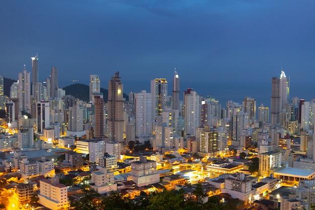 サンタカタリーナのバルネアーリオカンボリウの街の灯