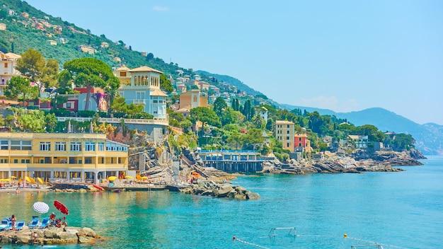 晴れた夏の日にジェノヴァ市の近くのボリアスコのリグーリア海岸、リグーリア州、イタリア