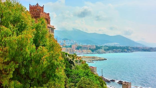 イタリア、リグーリア州、ジェノヴァ市の隣のボッカダッセのリグーリア海岸と海