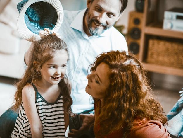 家族の肖像画のお母さんお父さんとかわいいliitle娘。