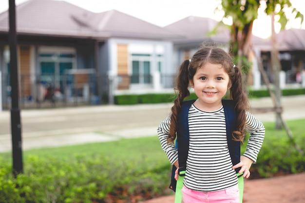 学校に行く準備ができているliitleの女の子