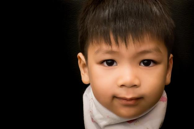Liitleアジアの少年は、低いキートーンで笑っている