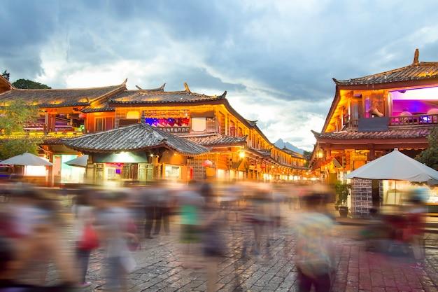 混雑した観光客と夕方の麗江旧市街。
