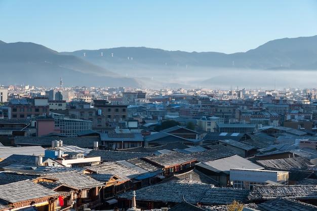 Лицзян крыши старого города. юньнань, китай. городской пейзаж lijiang традиционный, китайская архитектура, юньнань, китай. крыши старого города