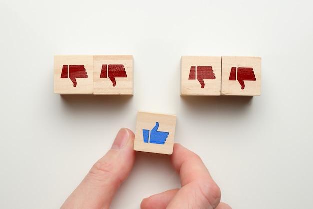 手で木製キューブの嫌いなコンセプトのように。